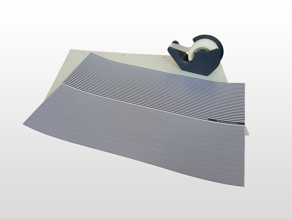 Besorgen Sie eine feste Unterlage, um den Reflektor zu befestigen. Wir haben dafür den Karton eines Schreibblocks verwendet.